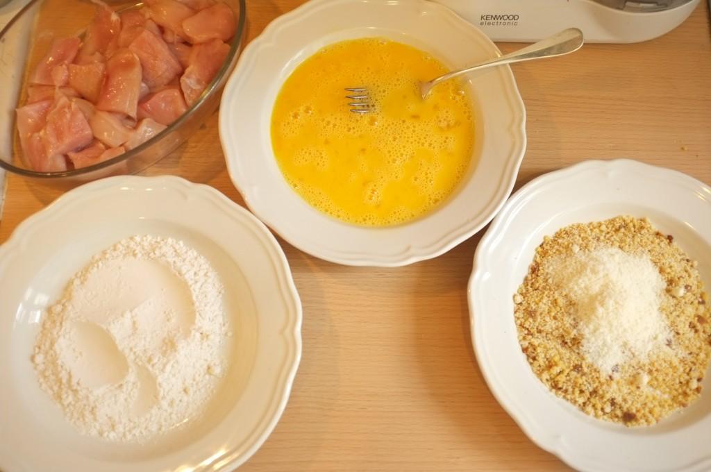 les 3 assiettes: farine de riz, oeufs battues, et chapelure croustillante