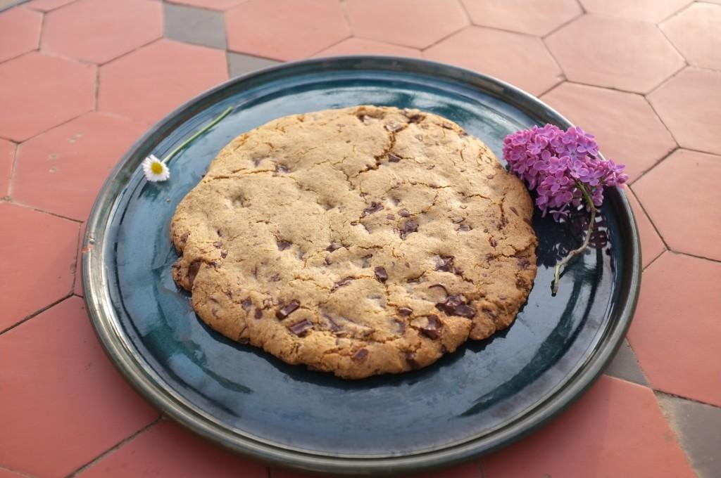 Un cookie géant prêt à être dévoré par les enfants