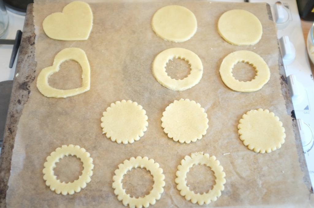 Les biscuits Linzer au moment du découpage