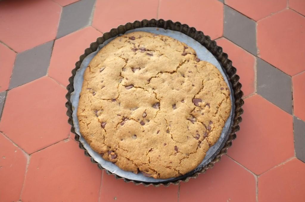 un cookie géant sans gluten, à la sortie du four