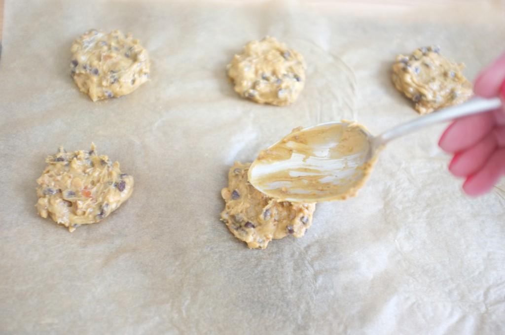 Les cookies sont formés à l'aide de deux cuillères et un tout petit peu aplatis