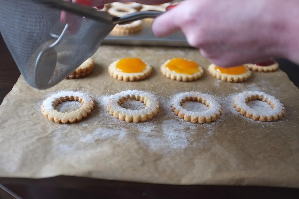 Saupoudrer de sucre glace la seconde partie des biscuits