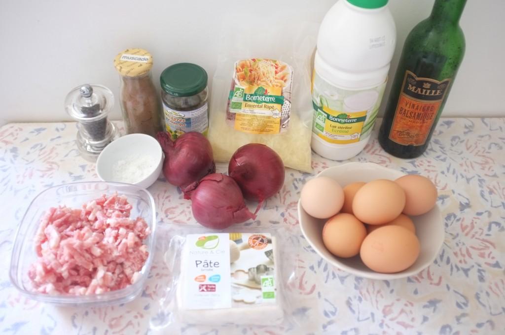 les ingrédients pour le quiche aux oignons caramélisés, pancetta et câpres