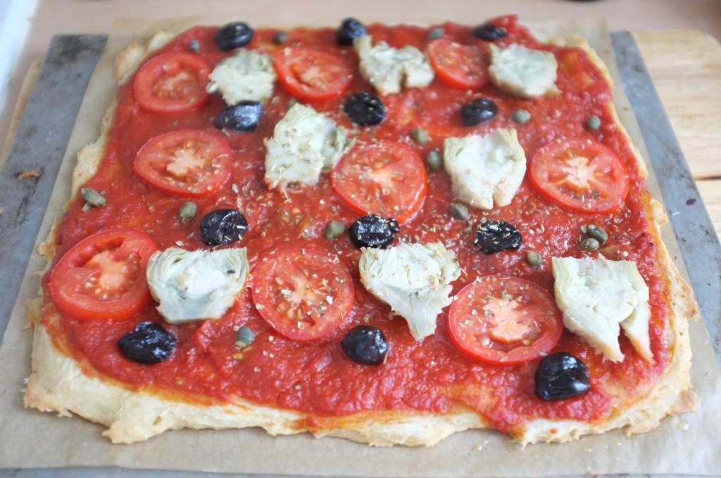 pizza sans gluten à la tomates, artichauts, carpes, olives et origan