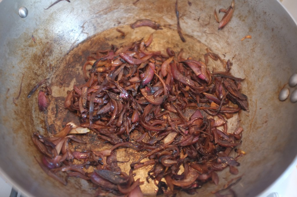les oignons rouges caramélisent doucement