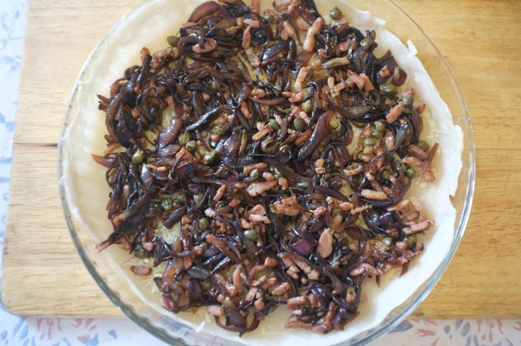 Les oignons rouges caramélisés, les petits morceaux de pancetta et les câpres...
