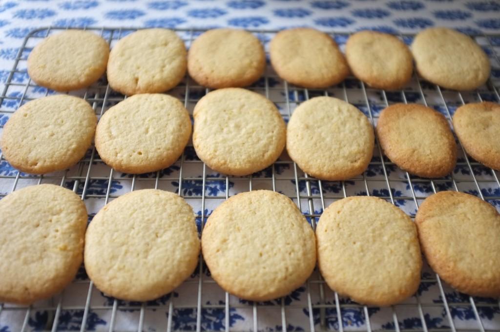 Les biscuits refroidissent sur une grille