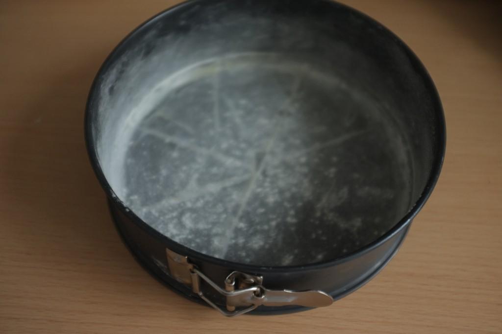Le moule à crochet est beurré, le fond est recouvert d'un papier cuisson beurré et le tout est fariné