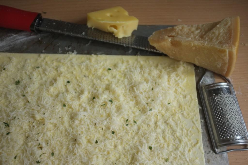 Le Parmesan et l'Emmental sont râpés avec une râpe à zeste