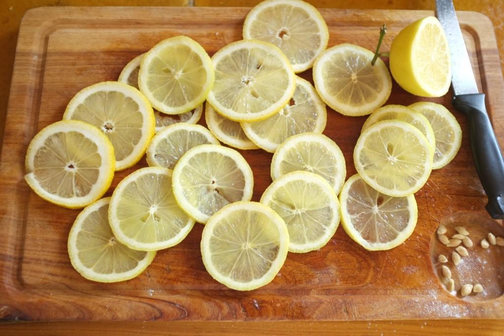 Les rondelles de citrons sont tranchées fines