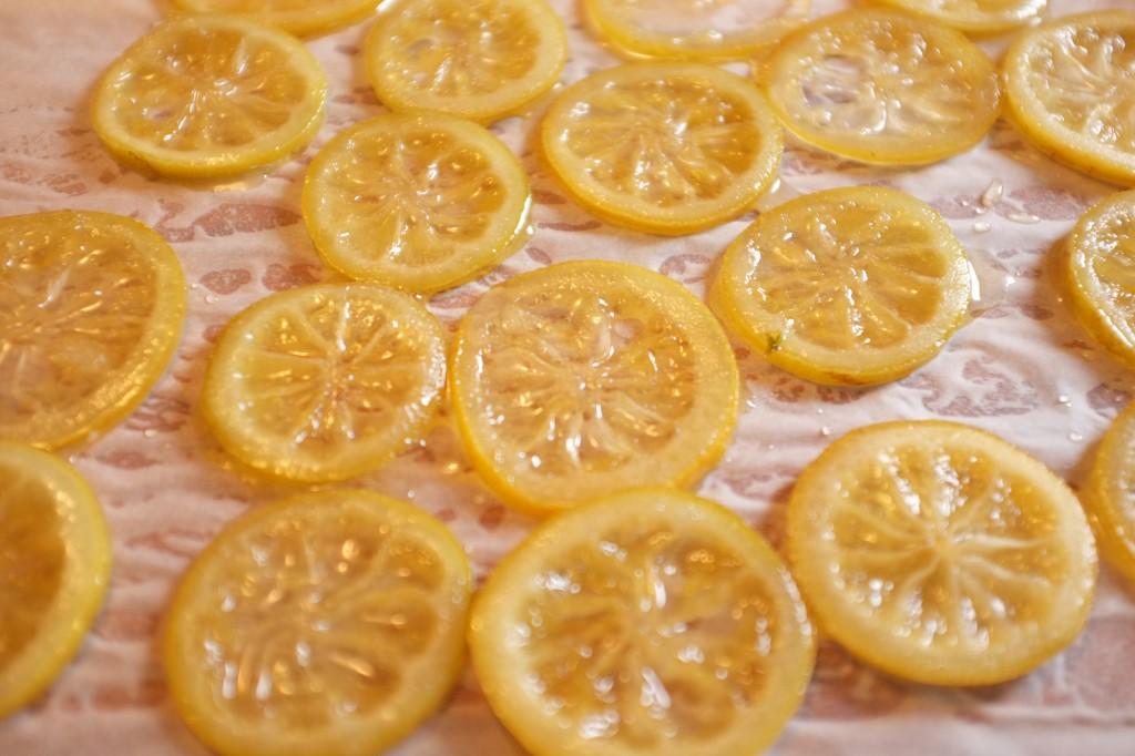 Les rondelles de citrons refroidissent après avoir été confites