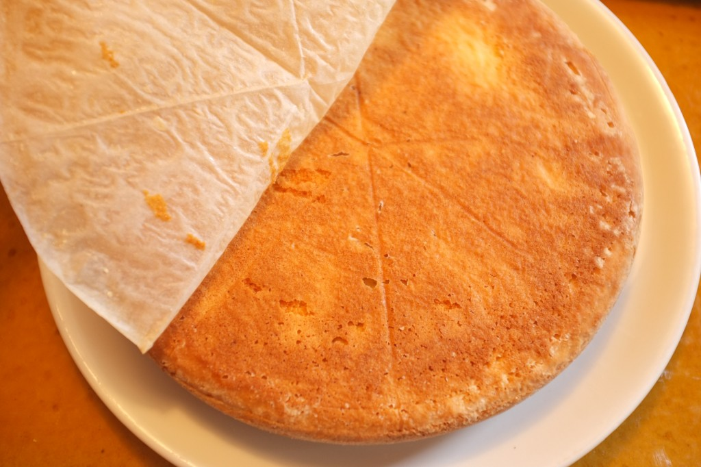 Le papier cuisson du fond du moule est pelé