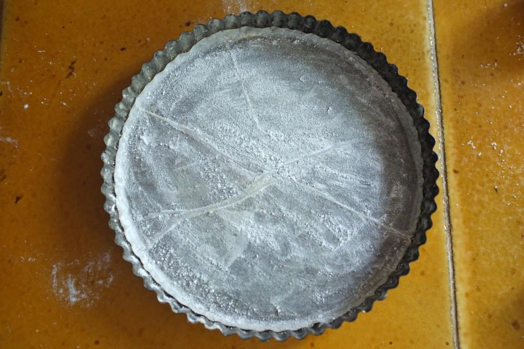 Le moule est beurré et saupoudré de sucre glace