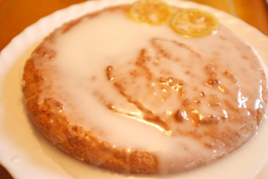 le gâteau à l'amande est recouvert d'un glaçage au citron