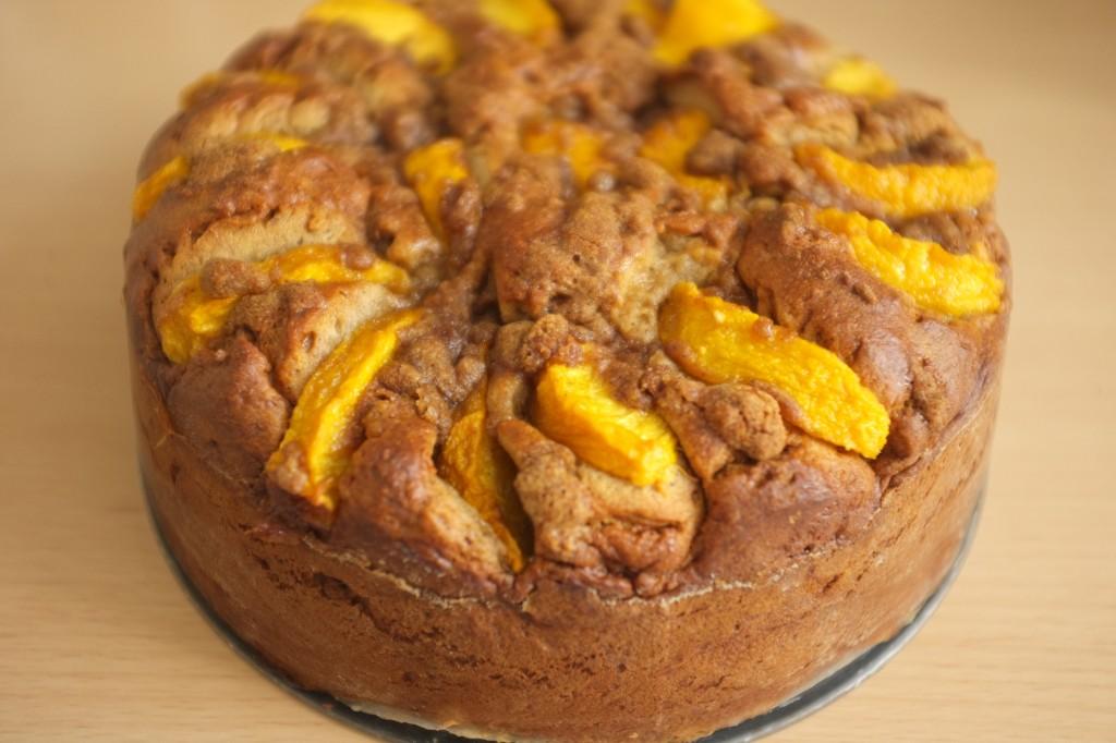 Le gâteau sans gluten à la pêche et cannelle à la sortie du four, après démoulage du moule clip.