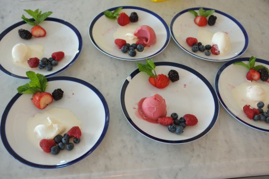 Les assiettes sont décorées de fruits et de glace pendant que les fondants cuisent au four