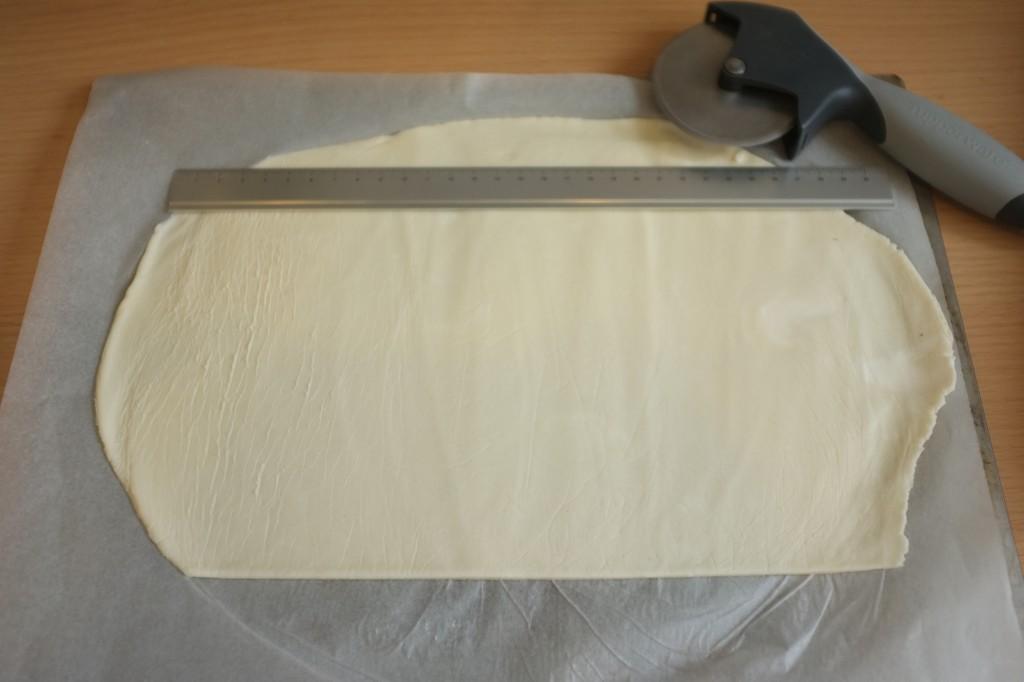 Découper la pâte en forme de rectangle