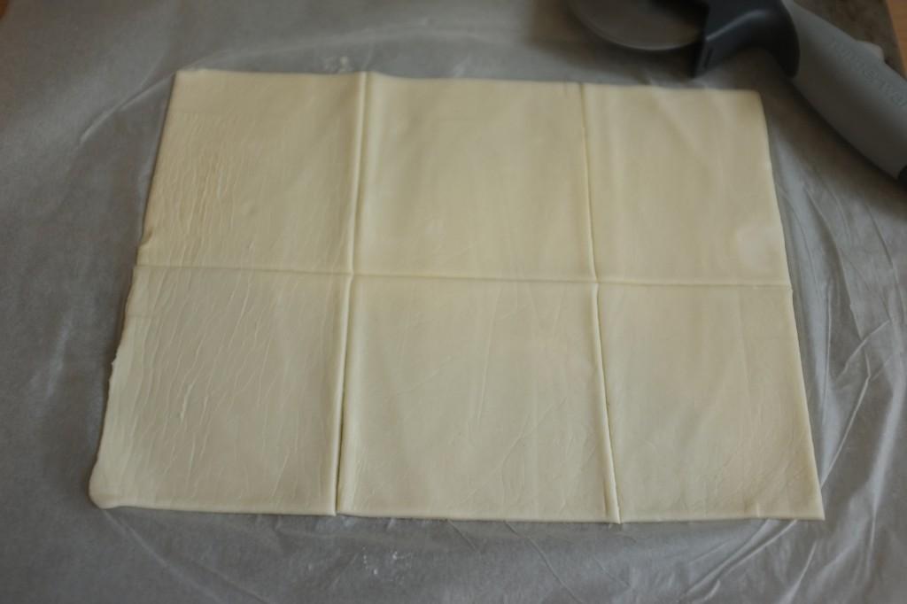 Dans le rectangle de pâte, d'autres petits rectangles sont prédécoupés