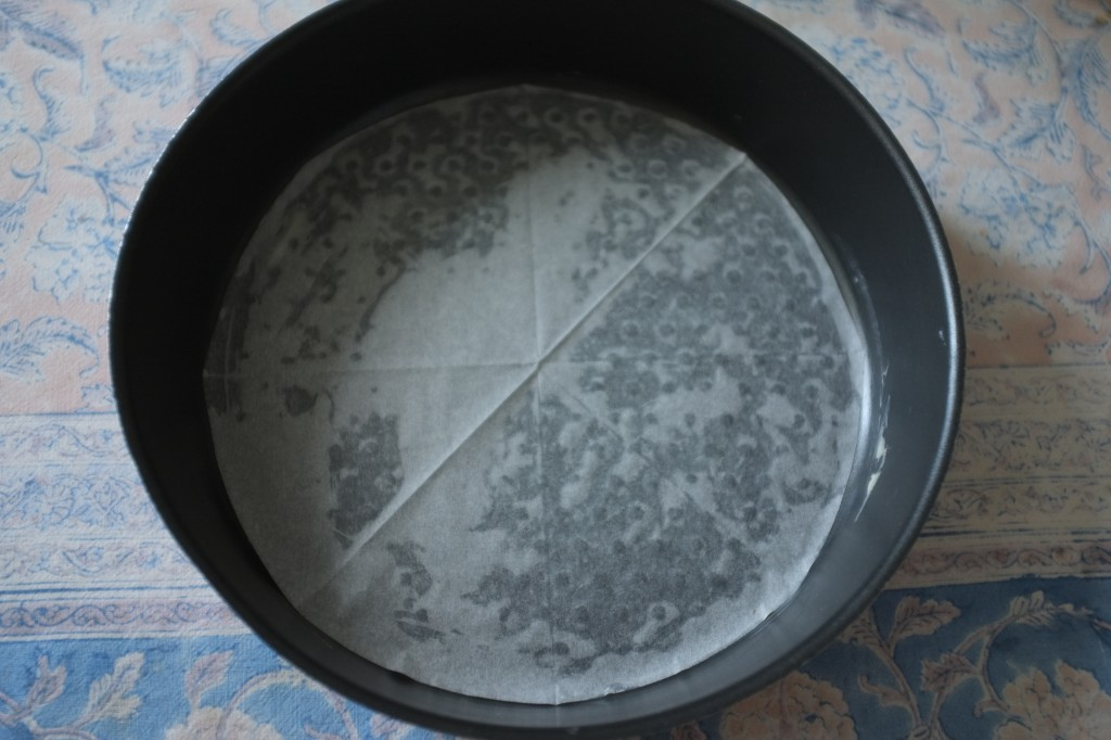 Le fond de chaque moule est recouvert d'une feuille de papier cuisson beurrée