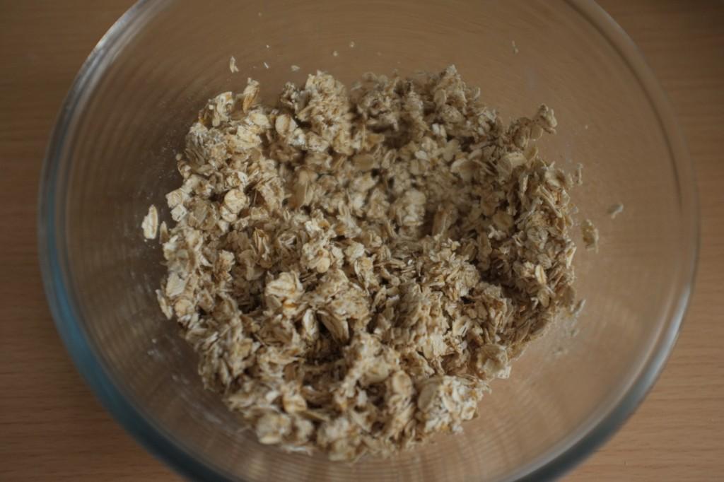 Les flocons d'avoine sont humidifiés avec du lait d'amande