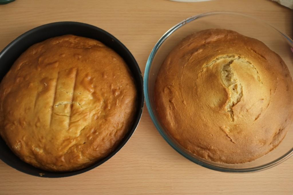 Les deux gâteaux, curieusement celui qui a le dôme est celui qui a cuit sur a grille du dessous... mystère!