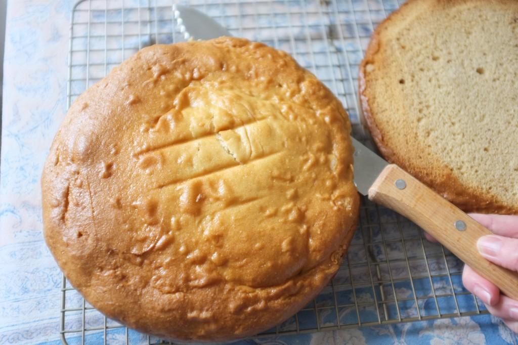 Le dessus des gâteaux est coupé avec un couteau à pain