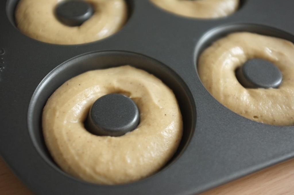 La pâte est lissée avec un doigt mouillé pour fermer l'anneaux sans démarcation