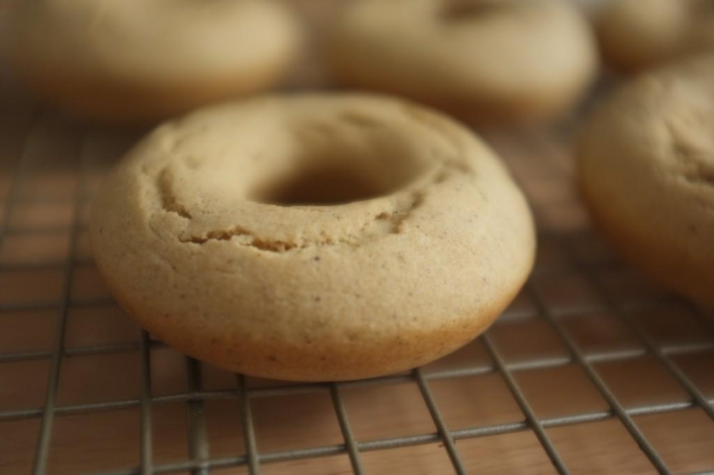 Les donuts refroidissent sur une grille