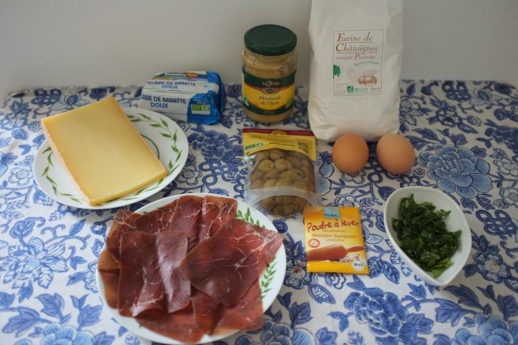Les ingrédients pour les mini cake à la farine de châtaigne , olive et viande de grison
