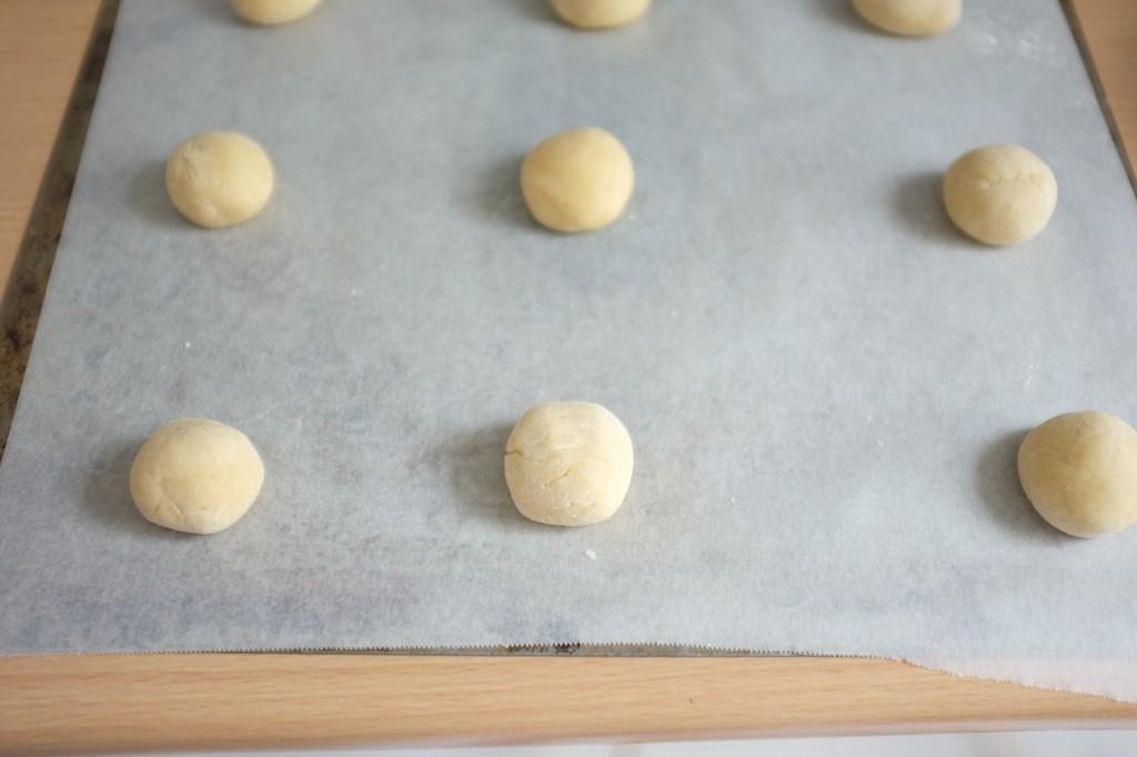 Les petites boules de pâte avant d'être aplaties