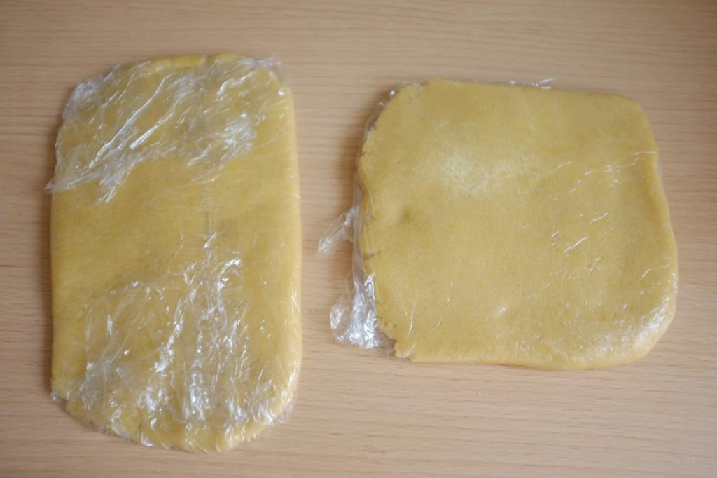 La pâte est divisée en deux parties enveloppées dans du film fraicheur et miset au réfrigérateur au moins 2 heures