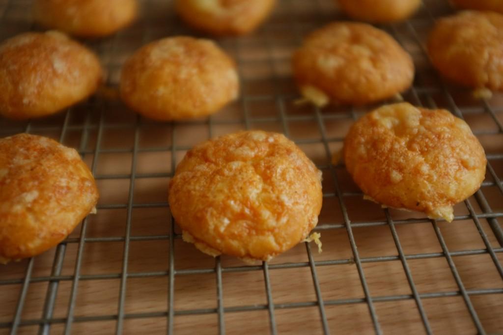 Les gougère sans gluten tiédissent sur une grille