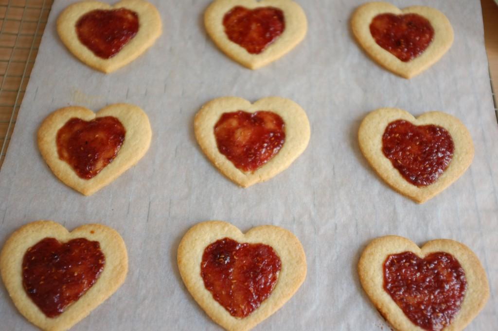 Les biscuits litchi-framboise à la sortie du four