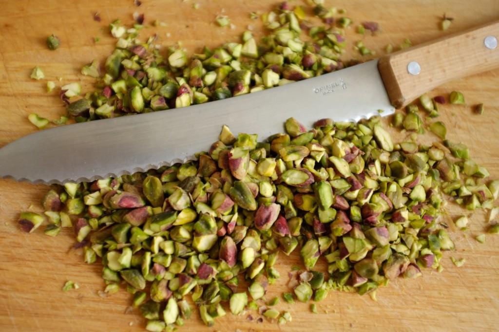 Je hache les pistaches avec un couteau à pain
