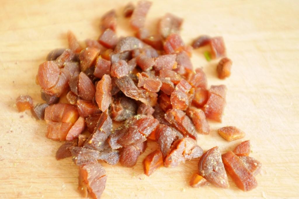 Les abricot secs sont coupés en tout petits morceaux