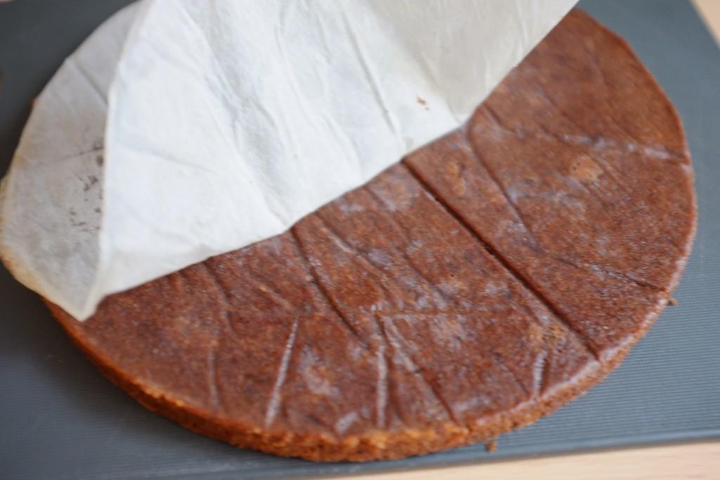 La tarte retournée, je peux retirer la feuille de papier cuisson du fond de la tarte
