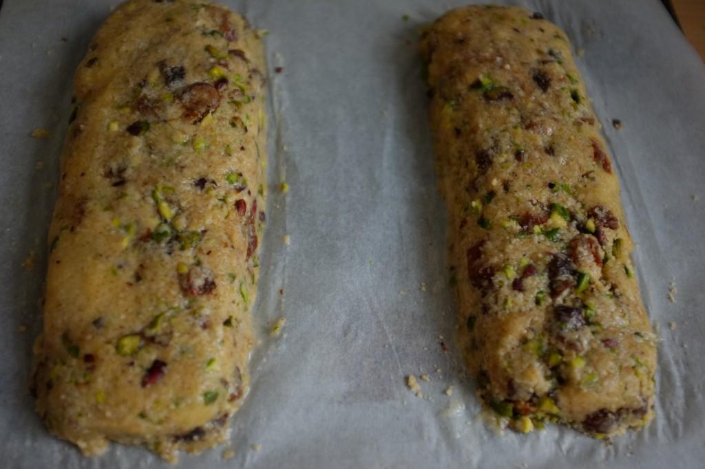 Les pains pour biscotti sans gluten avant d'être enfournés
