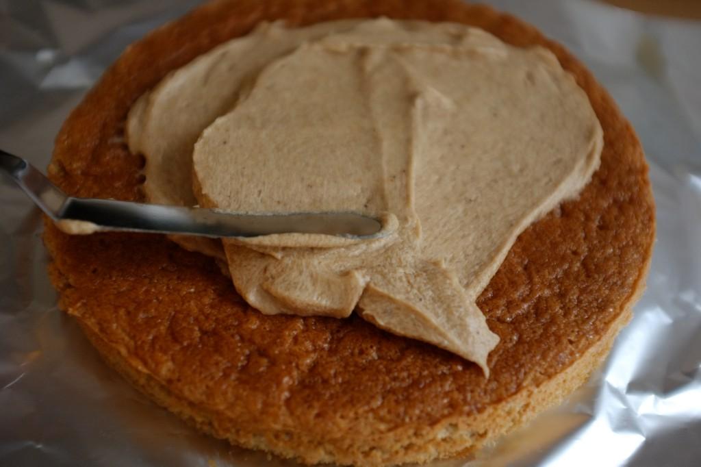 Une fois bien imbibé, je tartine le dessus du 1er gâteau sans gluten avec la garniture à la crème de marron