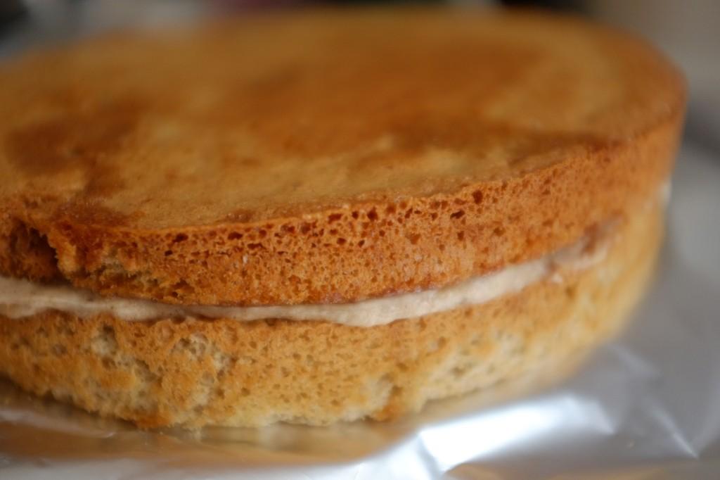 Le deuxième gâteau sans gluten, une fois imbibé de sirop de rhum est renversé sur le premier gâteau