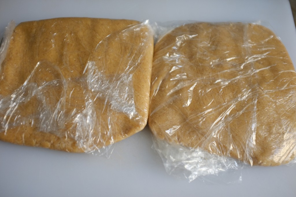 Le pâte sans gluten est divisée en deux parts enveloppées et mis au réfrigérateur pendant 1 heure