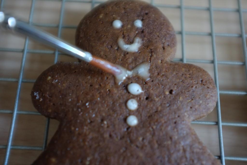 Je décore les bonhomme pain d'épice avec un glaçage simple, à l'aide d'un pinceau fin