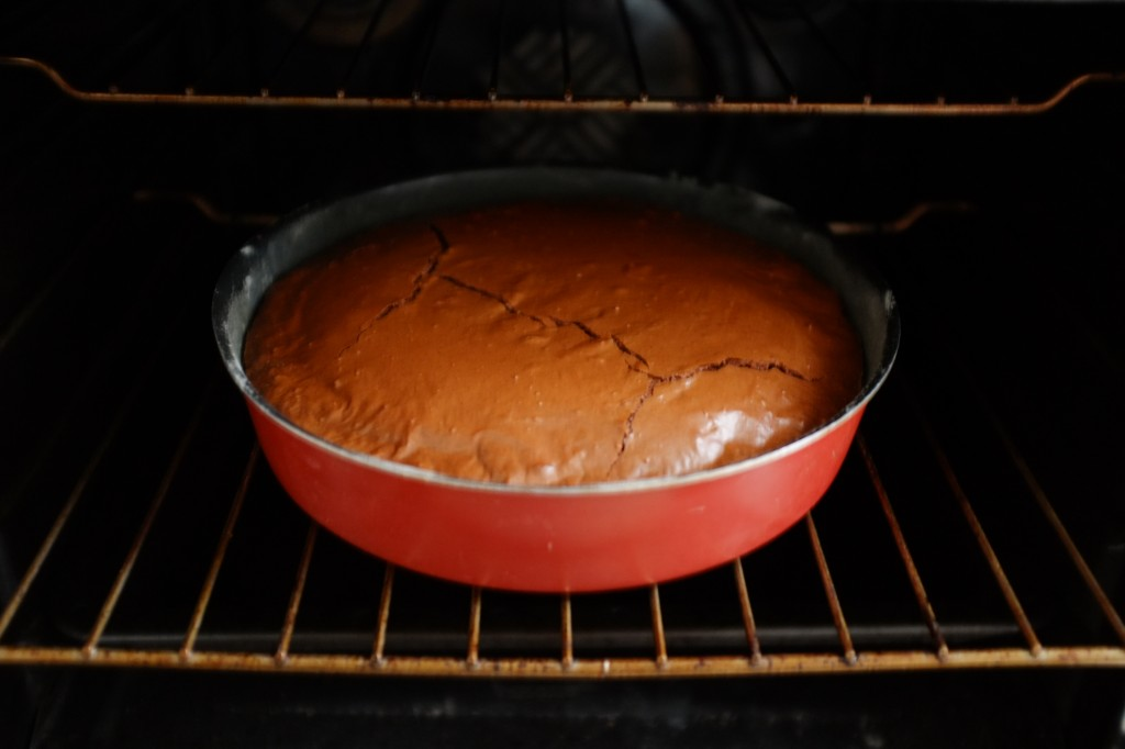Le brownie sans gluten à la sortie du four, la porte ouverte