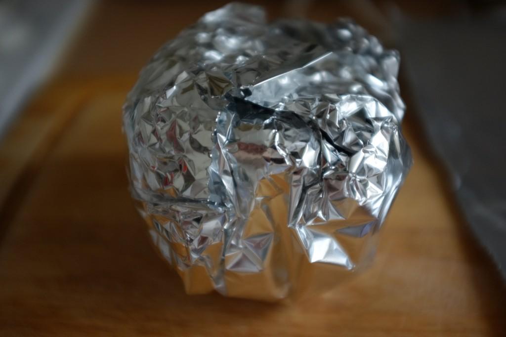 Bien enveloppé, la vapeur du poivron continu de le cuire, la peau sera alors très facile à peler.