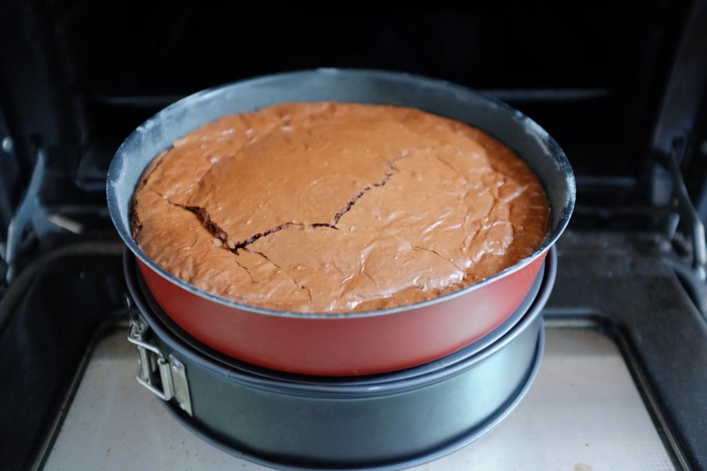 Pour que le brownie sans gluten refroidisse en douceur je le laisse 1 heure refroidir à cette hauteur devant la porte du four ouverte