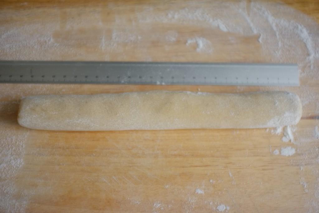 Rouler chaque morceau de pâte en buche d'environ 25 à 30 cm de long