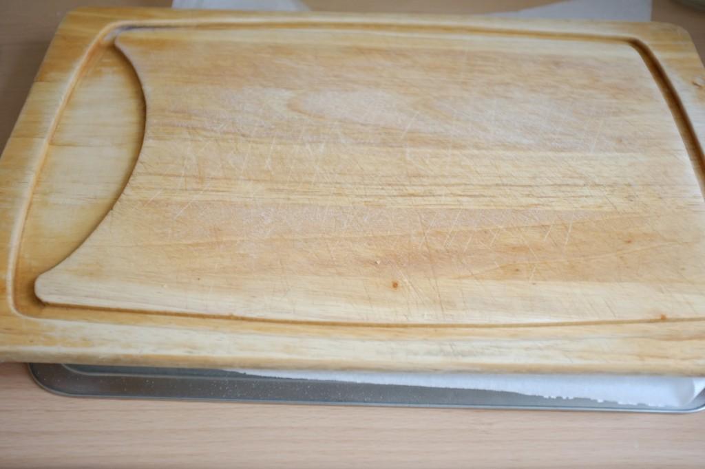3-Une planche à découpé est déposé sur la feuille de papier cuisson.