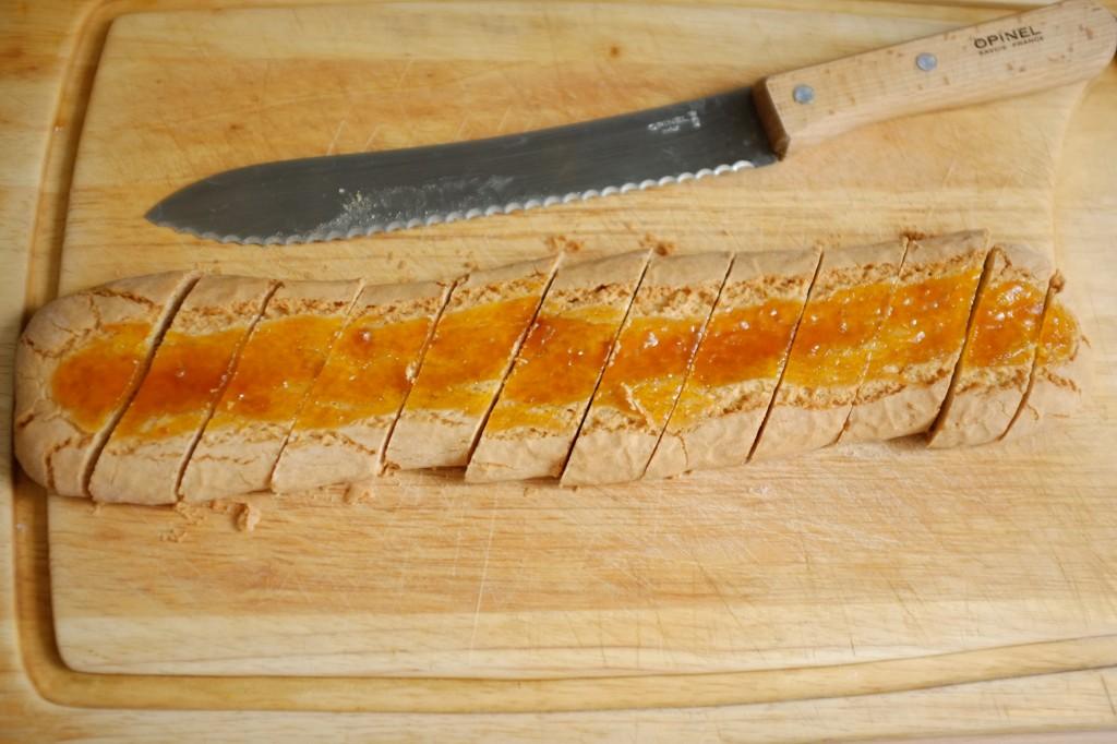 Une fois complètement refroidi, découper les biscuits sans gluten avec un couteau à pain