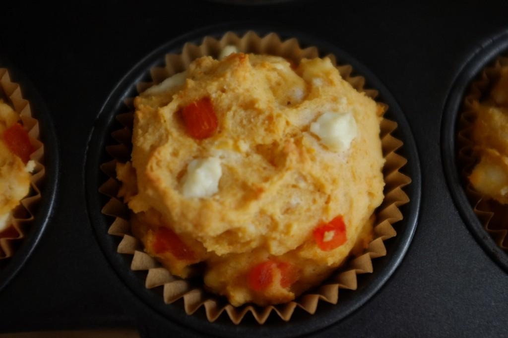 Un muffin sans gluten féta et poivron rouge à la sortie du four
