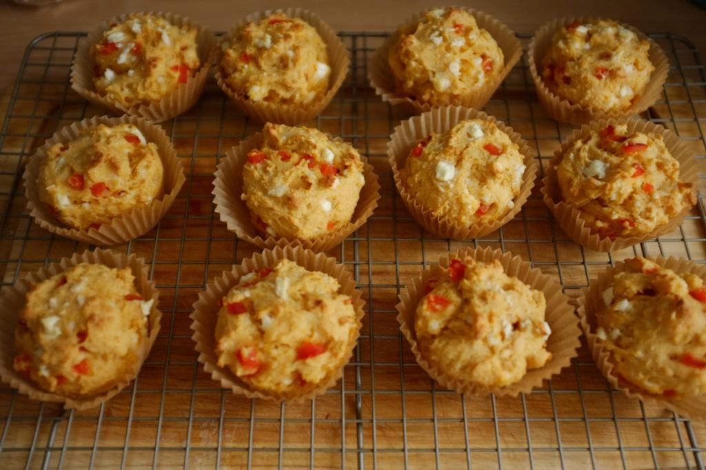 Les muffins sans gluten féta et poivron rouge refroidissent sur une grille