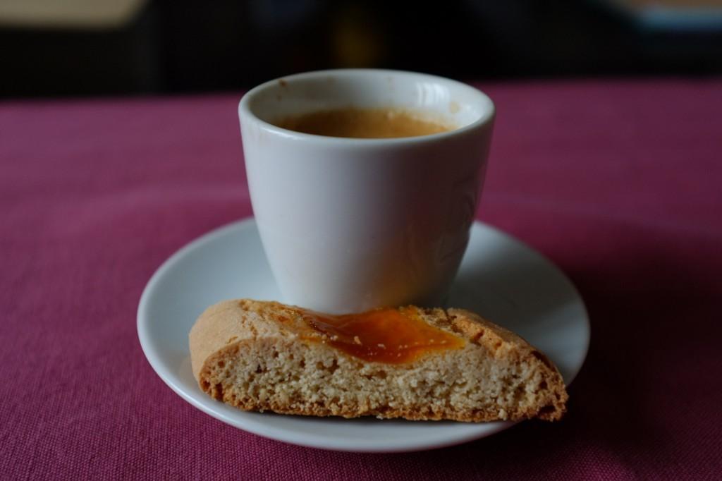 Le biscuit amaretti sans gluten à la confiture